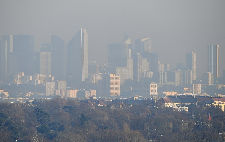 67599e8e60c8 A picture taken on December 5, 2016 from Saint-Germain-en-Laye shows a view  of La Defense business in a smog, on December 5, 2016.