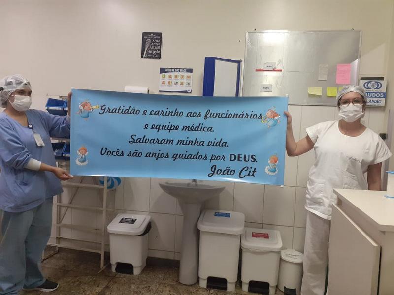 Jovem paciente em estado grave de saúde se recupera e presenteia equipe do Pilar Hospital com uma faixa de agradecimento