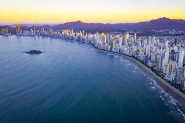 Investimento em saneamento transforma praias de Balneário Camboriú